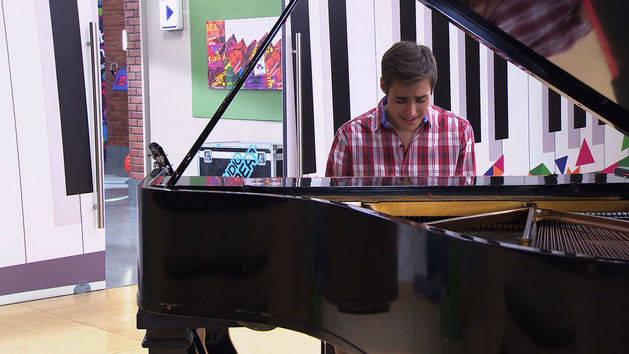León ensaya en el piano - Violetta