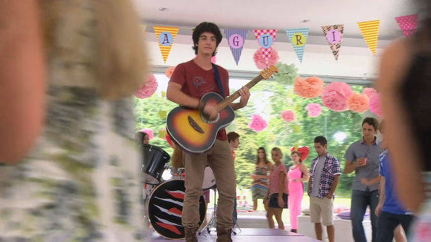 "Marco canta ""Dile que sí"" - Violetta"
