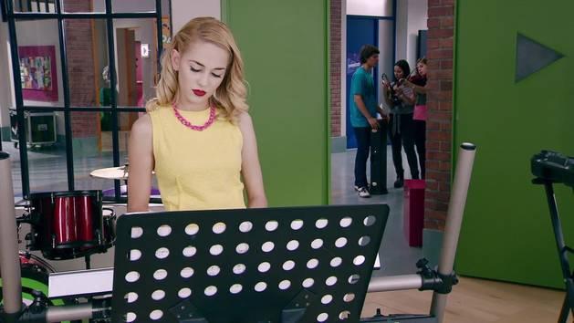 "Momento Musical: Ludmila canta ""Si Es Por Amor"" - Violetta"