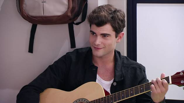 """Momento Musical: Diego canta """"Ser quien soy"""" en la guitarra - Violetta"""
