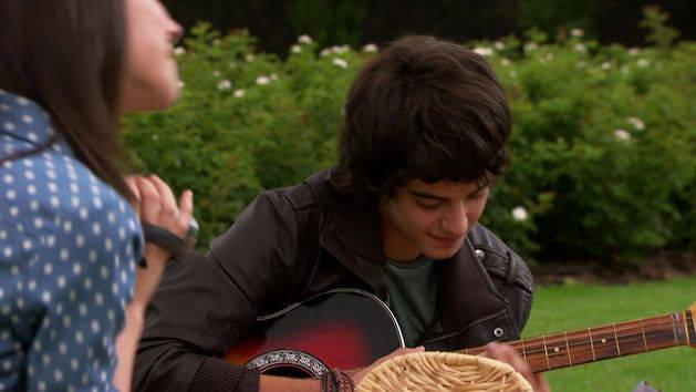 Marco le canta a Francesca - Violetta
