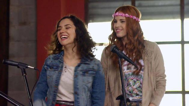 """Momento Musical: Los chicos de Rock Bones, Cami y Naty cantan """"Invencibles"""" - Violetta"""
