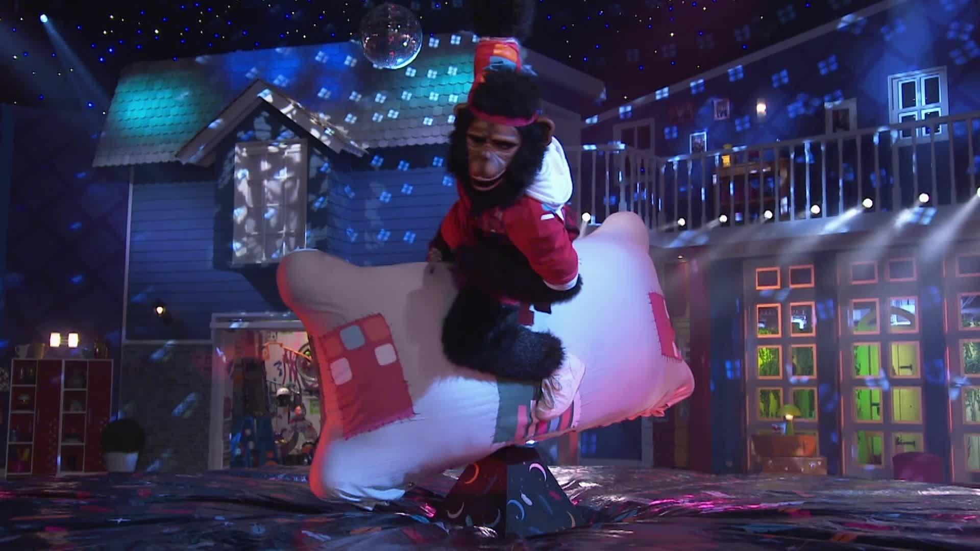 El Mono Cuadrado montando a Plumas - Pijama Party
