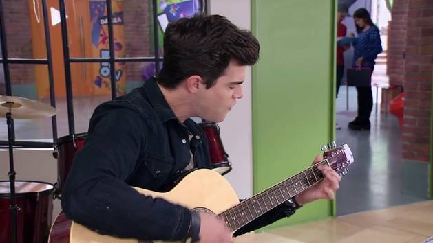 """Momento Musical: Diego en la guitarra interpreta """"Ser quien soy"""" - Violetta"""