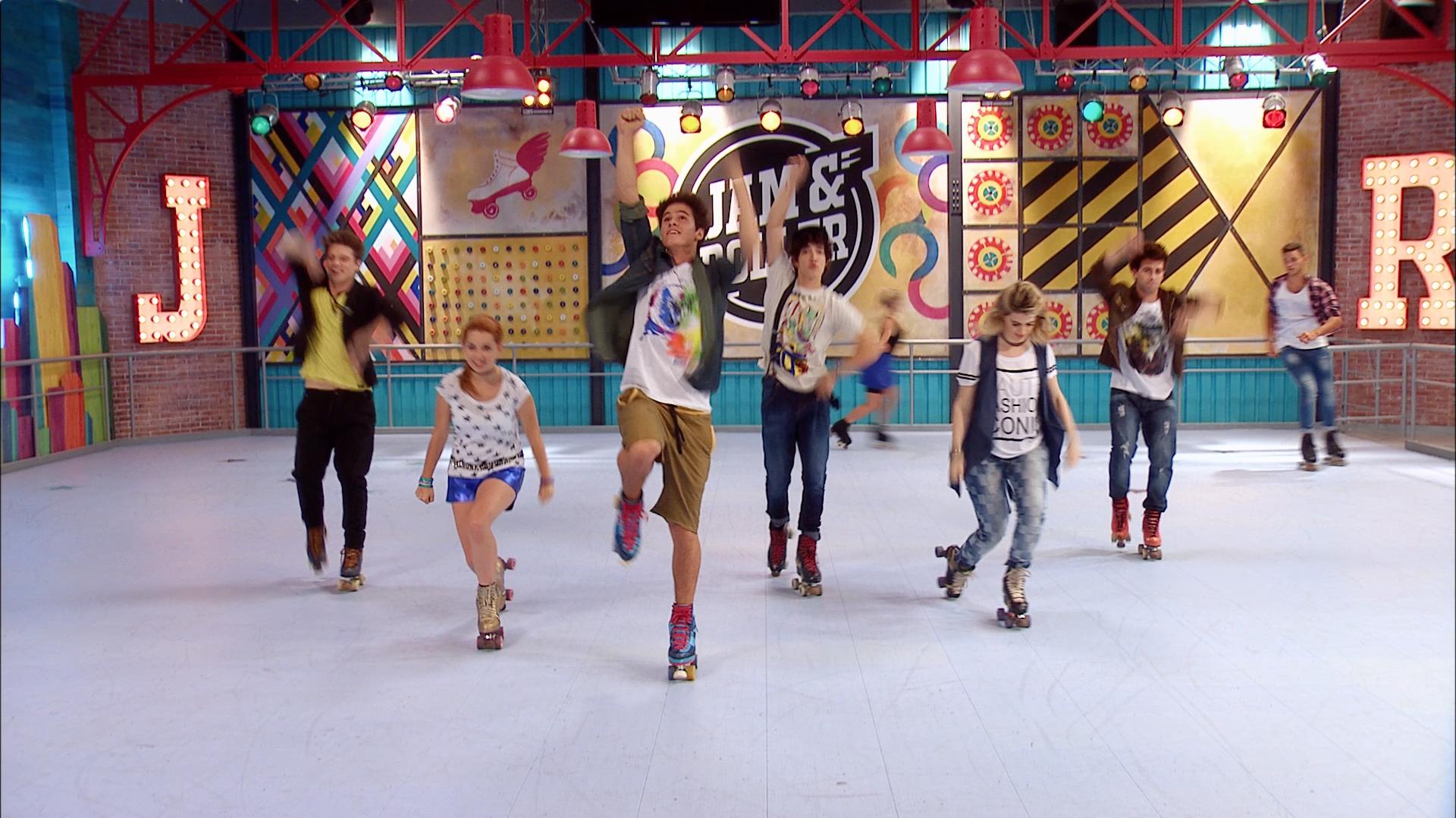 Todos bailan sobre patines - Momento Musical - Soy Luna