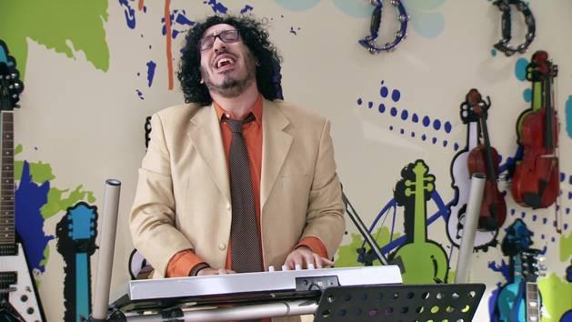 "Momento Musical: Beto canta ""Verte de lejos"" - Violetta"