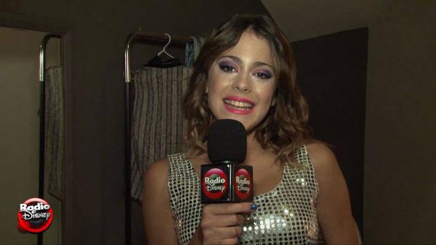 """Martina y los fans cantan """"En mi Mundo"""" - Violetta"""