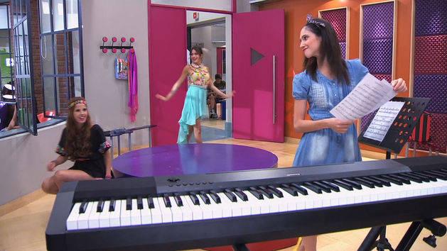 """Las chicas cantan """"Código Amistad"""" - Violetta"""
