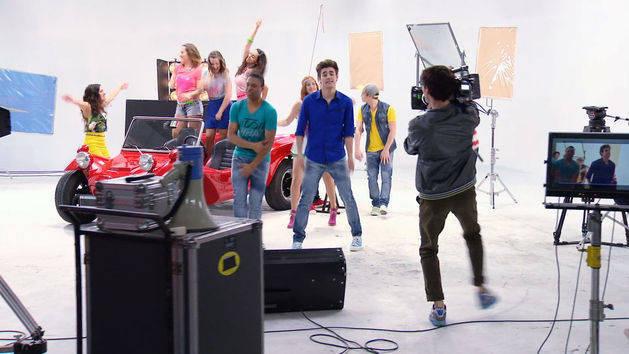"""Momento Musical: Los chicos ensayan """"Más que una amistad"""" - Violetta"""