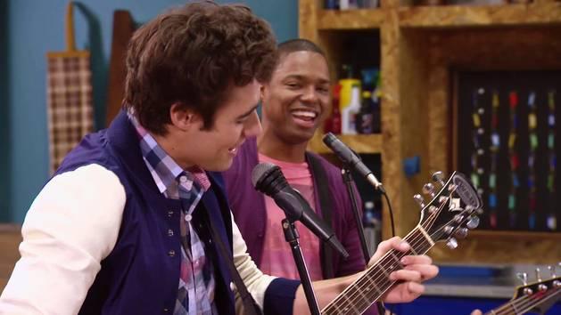"""Momento Musical: Los chicos ensayan """"Mil vidas atrás"""" - Violetta"""