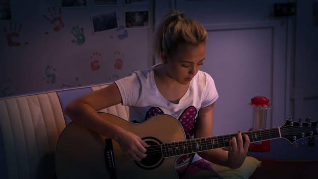 Mayra le compone una canción a su amigo Frank - ¡Qué talento!